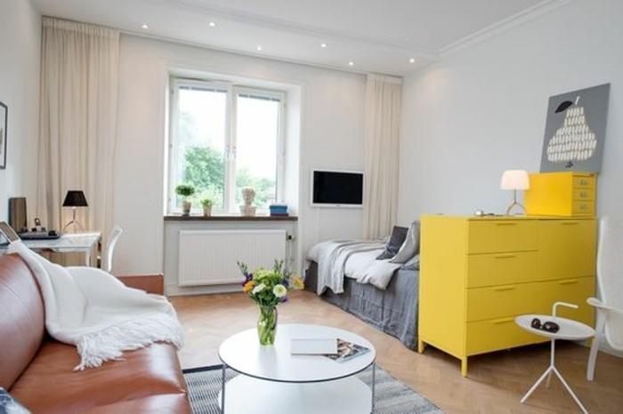salon-avec-canape-en-cuir-marron-aménagement-petit-salon-fenetre-grande-lit-double