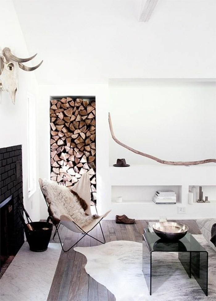 salon-blanc-meubles-dans-le-salon-tapis-en-peau-d-animal-chaise-en-tissu-table-noire