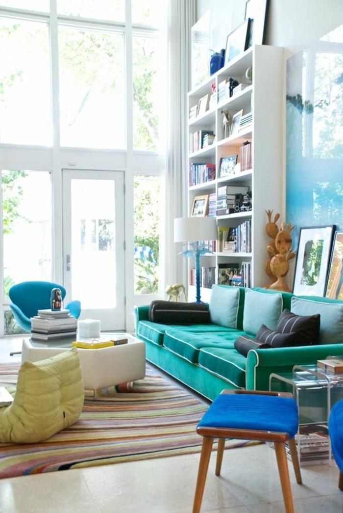 salon-coloré-tapis-coloré-sol-carrelage-beige-canape-bleu-clair-chaise-coloré