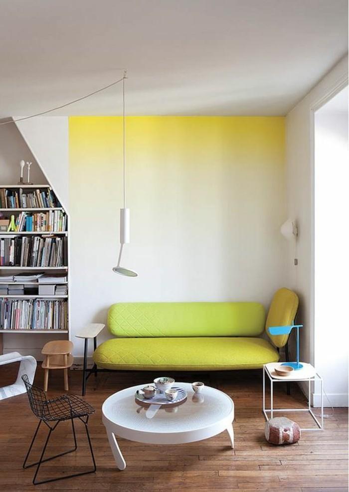 salon-mur-blanc-jaune-canapé-jaune-sol-en-parquet-foncé-table-blanche-plafond
