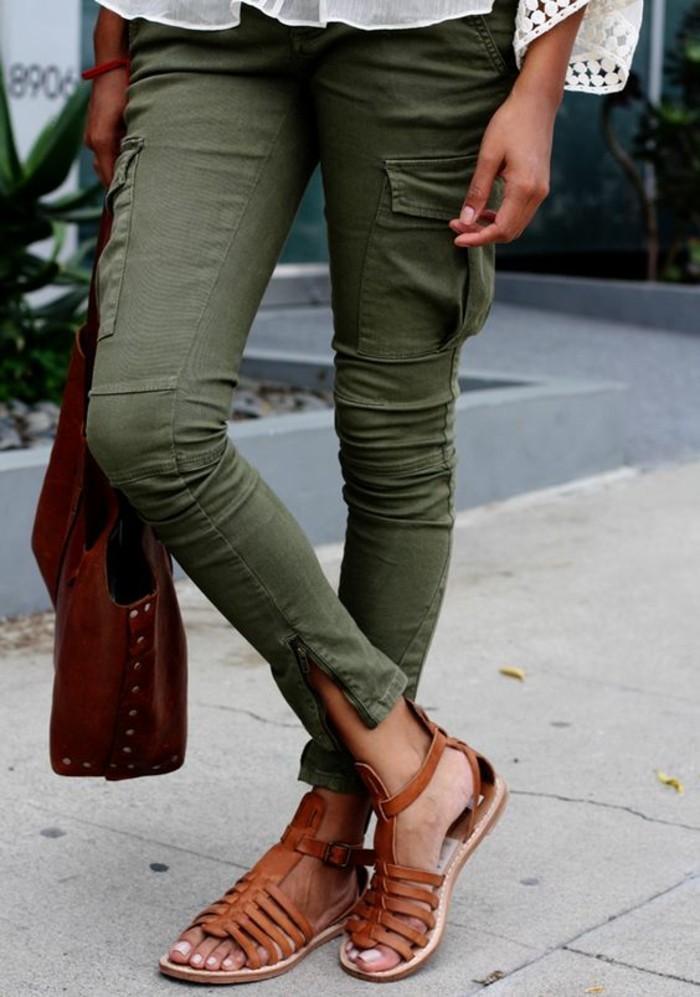 sandales-femme-en-cuir-marron-pantalon-vert-femme-tendances-de-la-mode