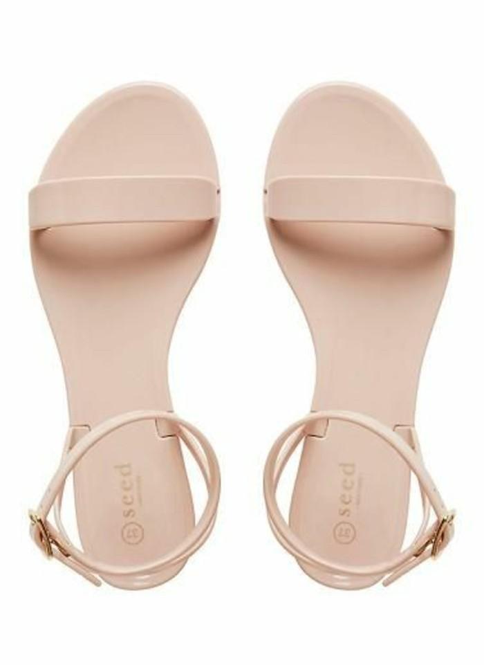 sandales-plates-femme-beiges-femmes-tendances-de-la-mode-sandales-beiges