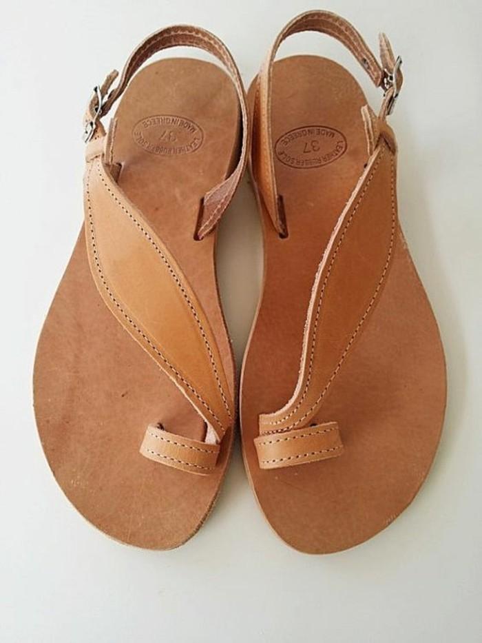 sandales-plates-femme-en-cuir-marron-les-dernieres-tendaces-chez-les-sandales