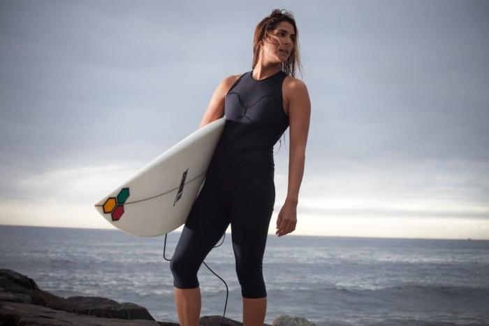 shorty-neoprene-combinaison-rip-curl-femme-au-bord-de-l-ocean-surfer-beau-belle-femme-surf