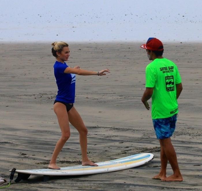 shorty-neoprene-combinaison-rip-curl-femme-au-bord-de-l-ocean-surfer-beau-faire-du-surf-lesson