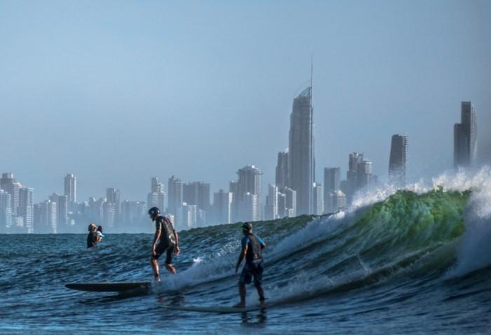 shorty-neoprene-combinaison-rip-curl-femme-au-bord-de-l-ocean-surfer-beau-la-cite-est-tout-pres
