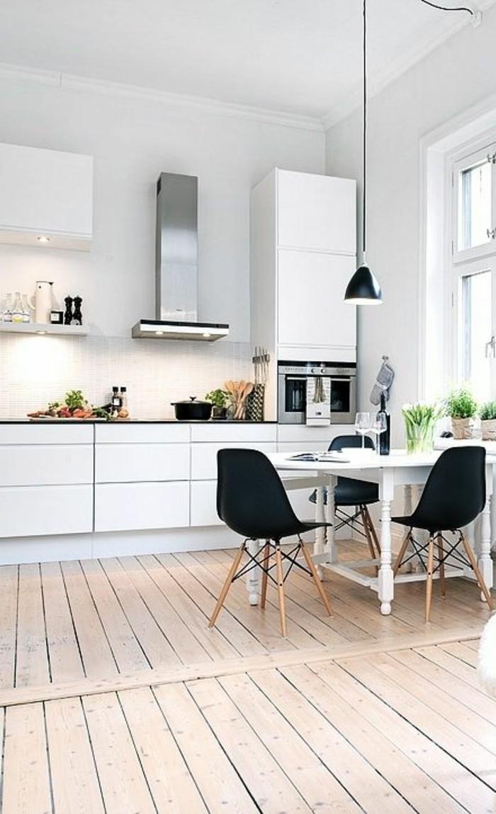 sol-en-planchers-clairs-meubles-de-cuisine-blancs-sol-en-bois-clair-luminaire-salle-à-manger