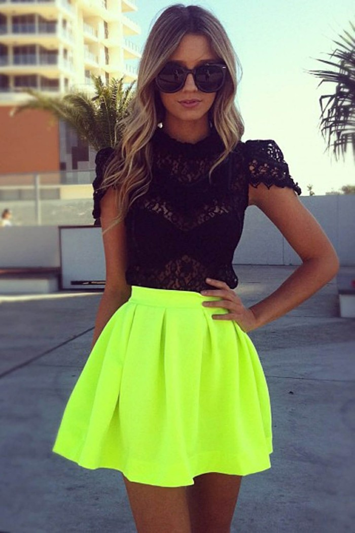 The best and most preferred tops to wear with a skater skirt are the cropped varieties. If you wish to look sexy, revealing so much skin on the legs and upper body is somehow suspicious.
