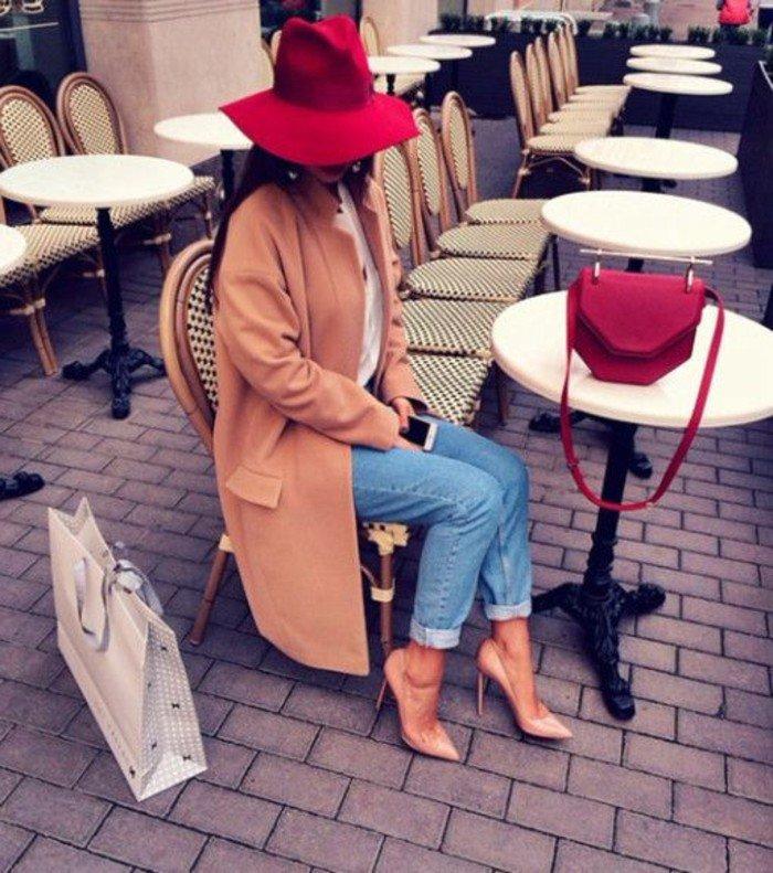 superbe-nuance-de-rouge-de-chapeau-élégante-tenue-femme-chic-tenue-chapeau-plage-au-bord-de-la-mer-soirée-spéciale