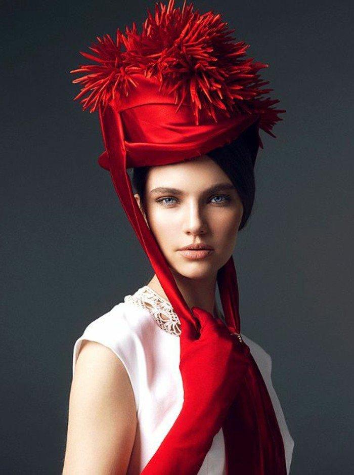 superbe-nuance-de-rouge-de-chapeau-élégante-tenue-femme-chic
