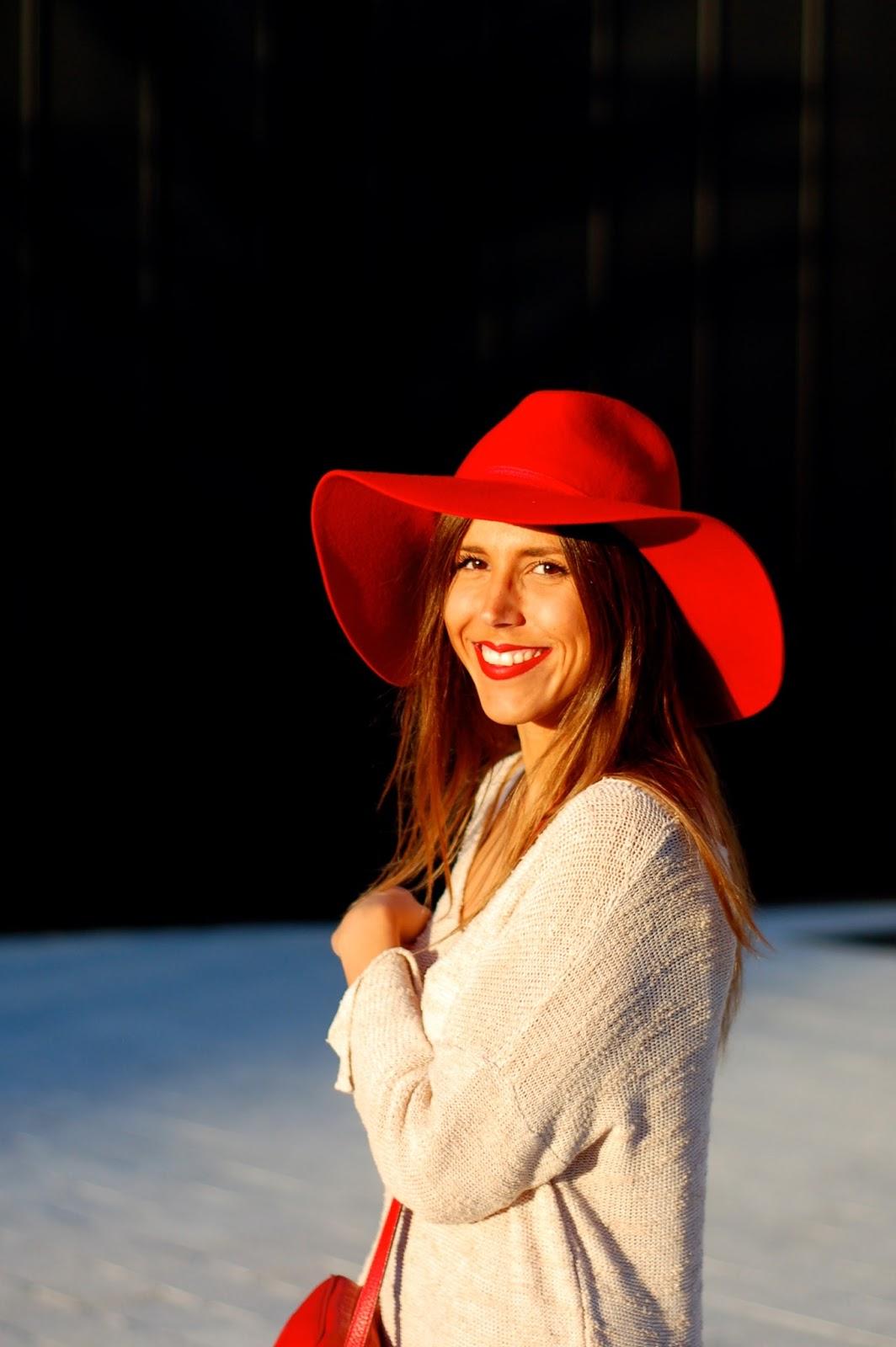 superbe-tenue-élégante-chapeau-en-rouge-carmin-on-aime-femme-jolie