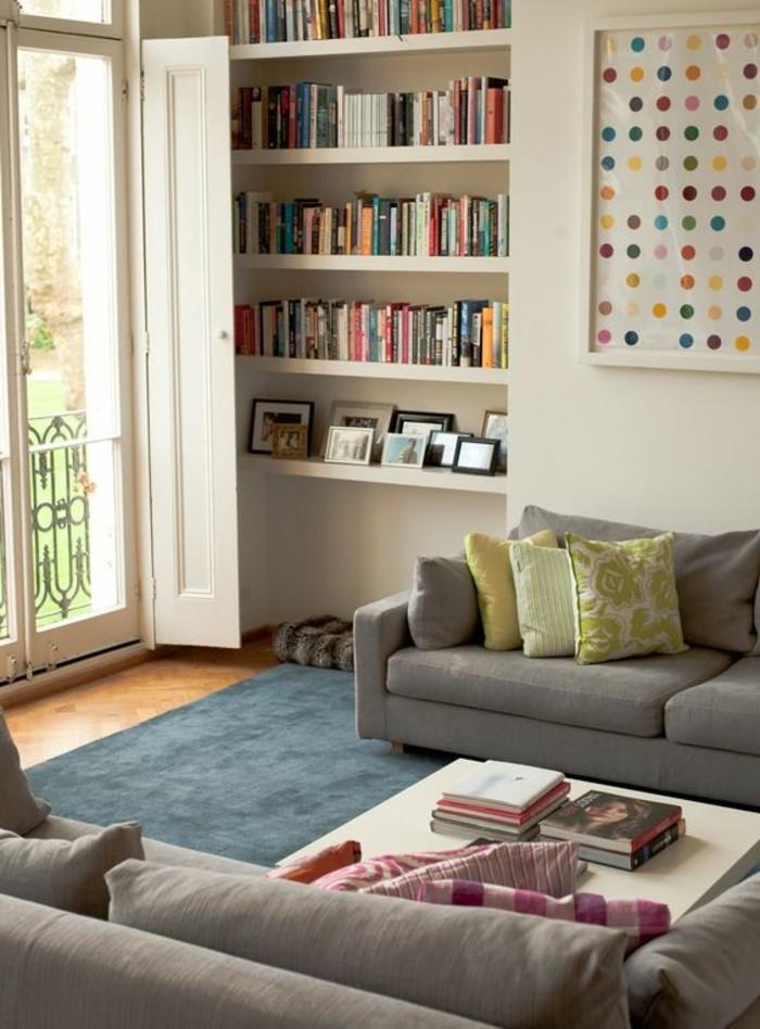 tapis-bleu-salon-sol-en-parquet-fenetre-grande-aménagement-petit-salon-canape-gris