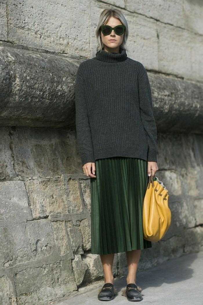 tendances-de-la-mode-jolie-jupe-verte-chaussures-noires-femme-blonde-cheveux-blonds