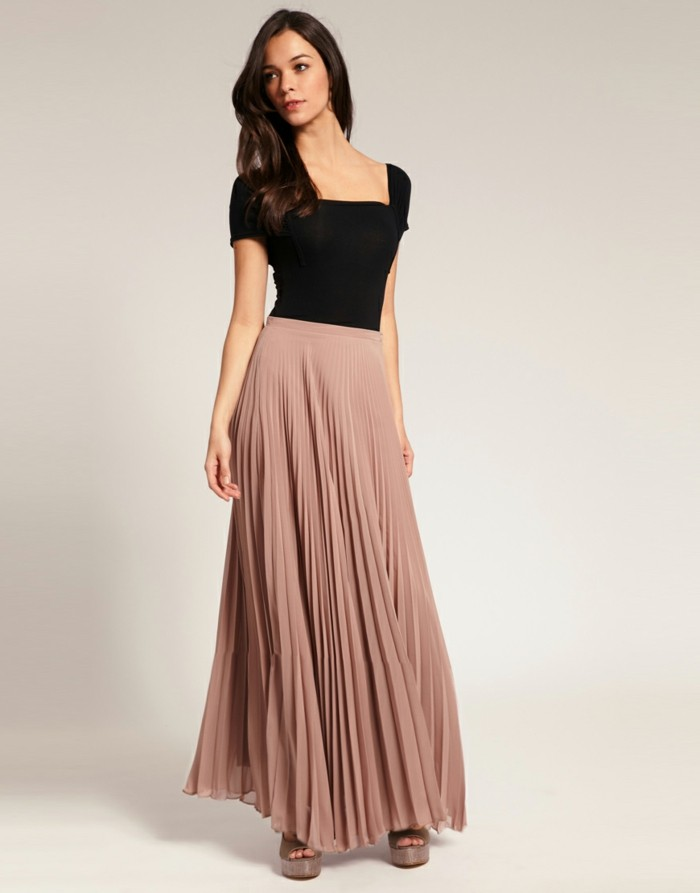 top-noir-femme-avec-jupe-rose-cendré-talons-hauts-femme-jupe-longue-plissée