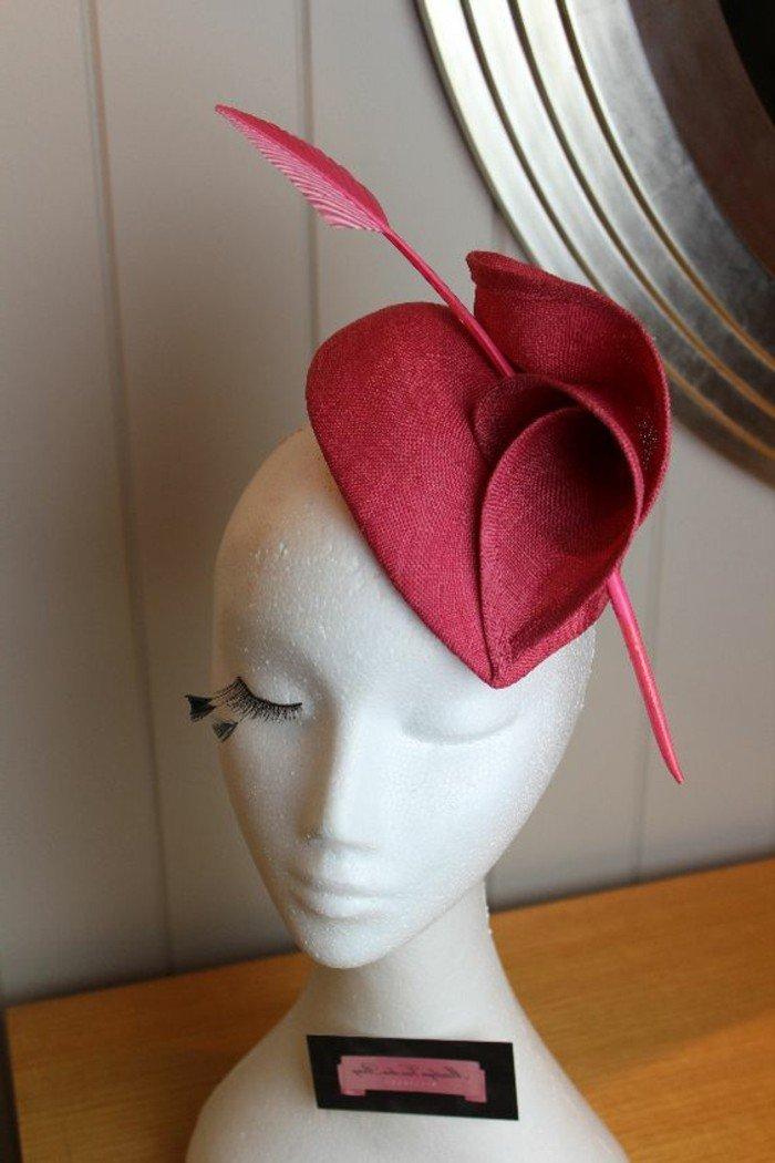une-chapeau-superbe-tenue-élégante-chapeau-en-rouge-carmin-on-aime
