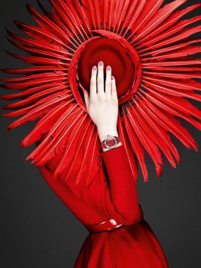 une-idee-chapeau-avec-plumes-rouges-tenue-chapeau-plage-au-bord-de-la-mer-soirée-spéciale