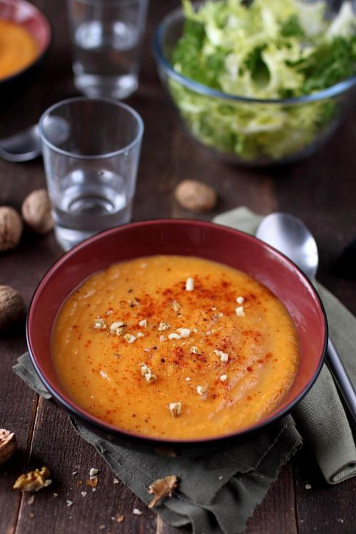 velouté-de-carottes-avec-des-noix-et-épices
