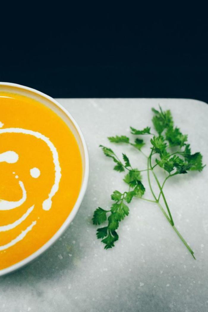 velouté-de-carottes-décoré-de-crème-et-de-lait