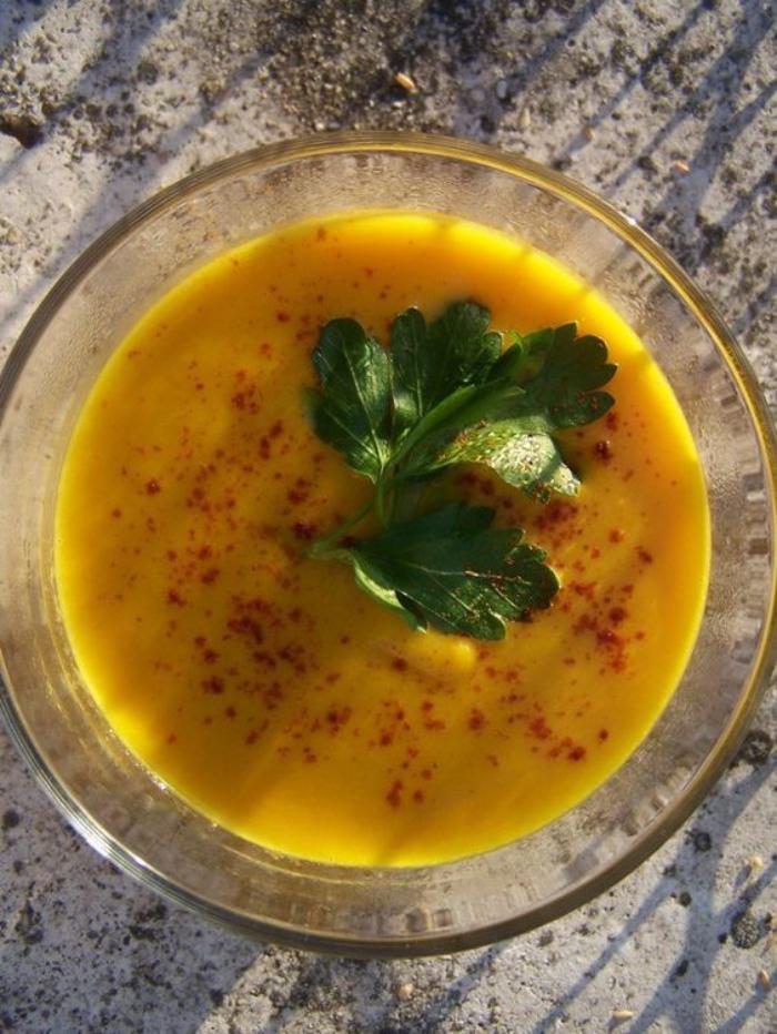 velouté-de-carottes-en-assiette-en-verre