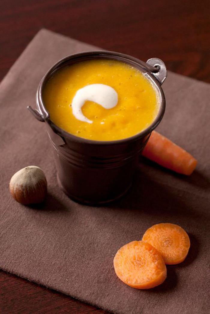velouté-de-carottes-garni-de-crème-ou-de-lait