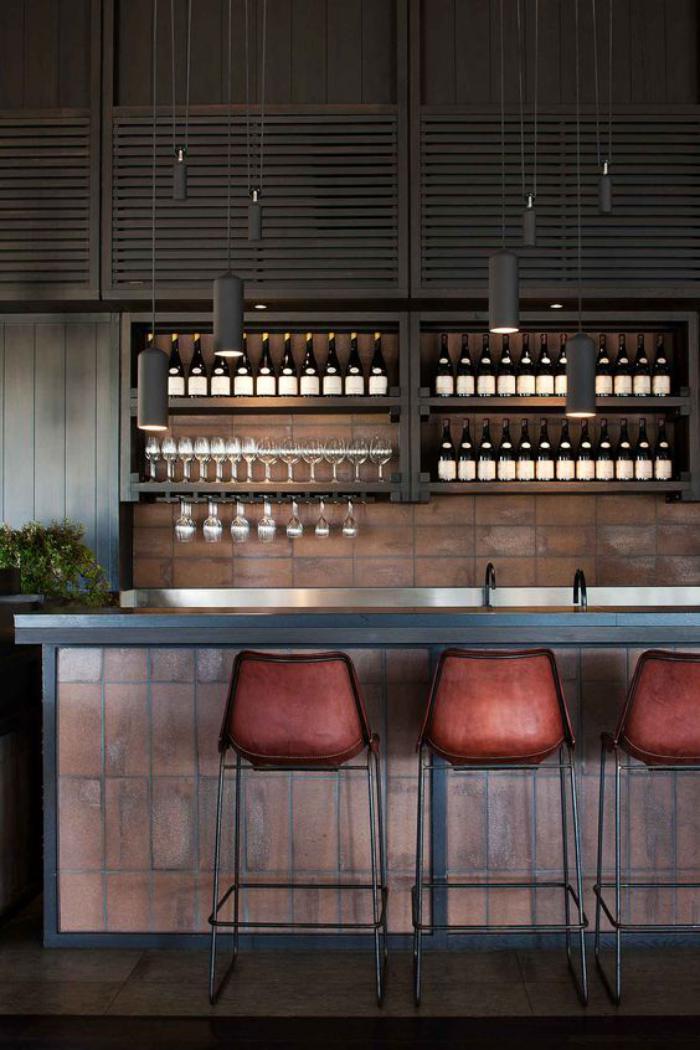verres-champagne-cave-à-vin-au-dessus-de-bar