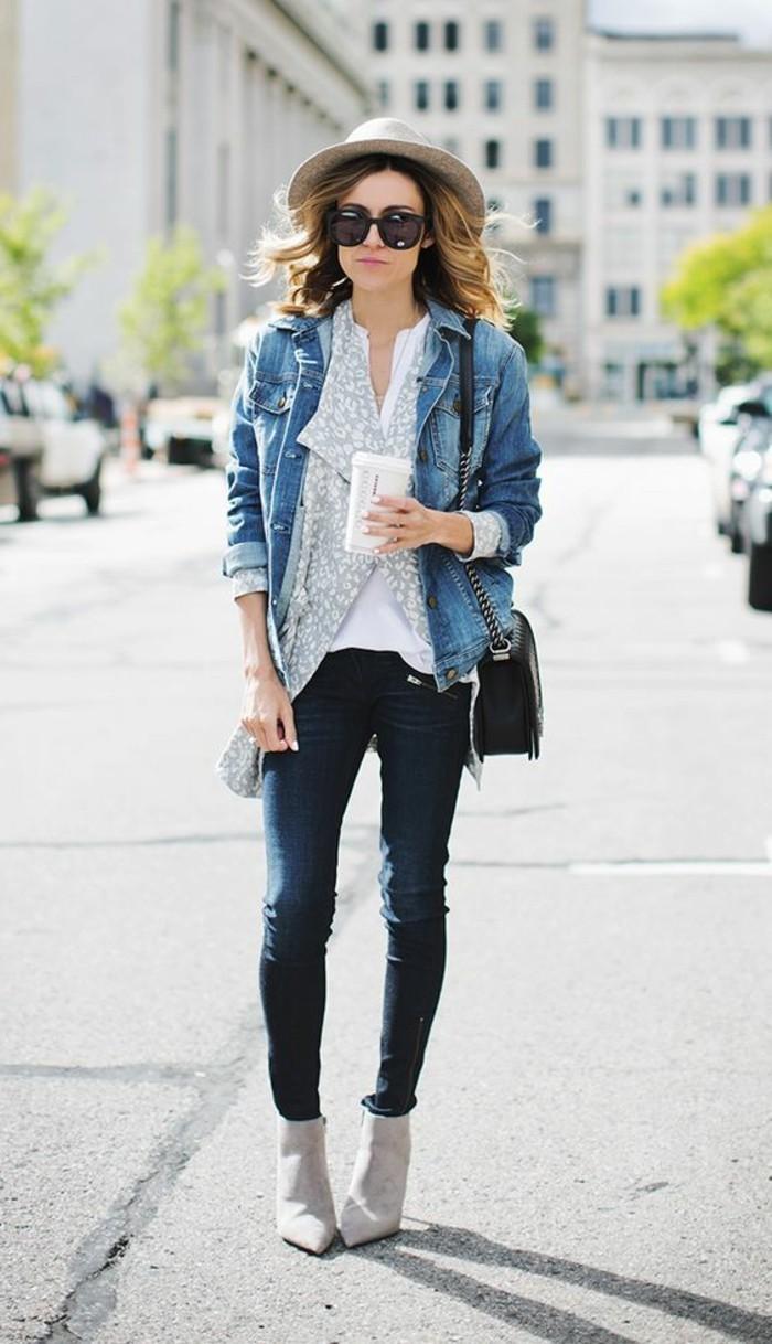 veste-en-denim-bleu-pantalon-noir-talons-modernes-beiges-cheveux-courts-femme