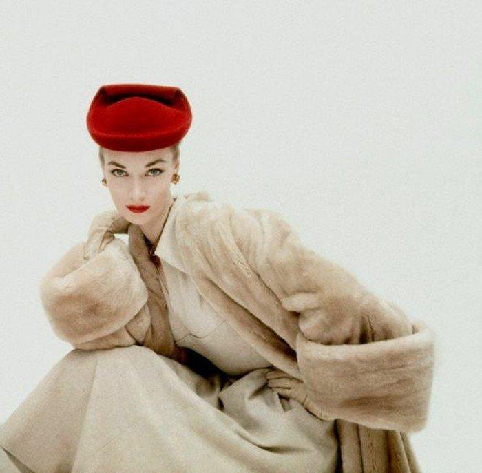 vintage-Mode-1950-Dior-nuance-de-rouge-de-chapeau-élégante-tenue-femme-chic