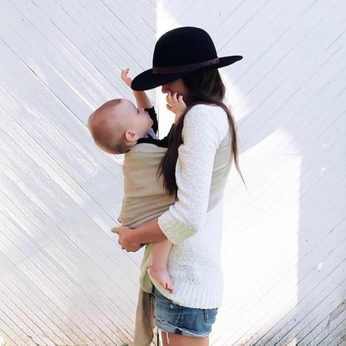 0-écharpe-porte-bébé-en-tissu-beige-comment-porter-son-bébé-short-en-denim-tendances-de-la-mode-chez-les-femmes