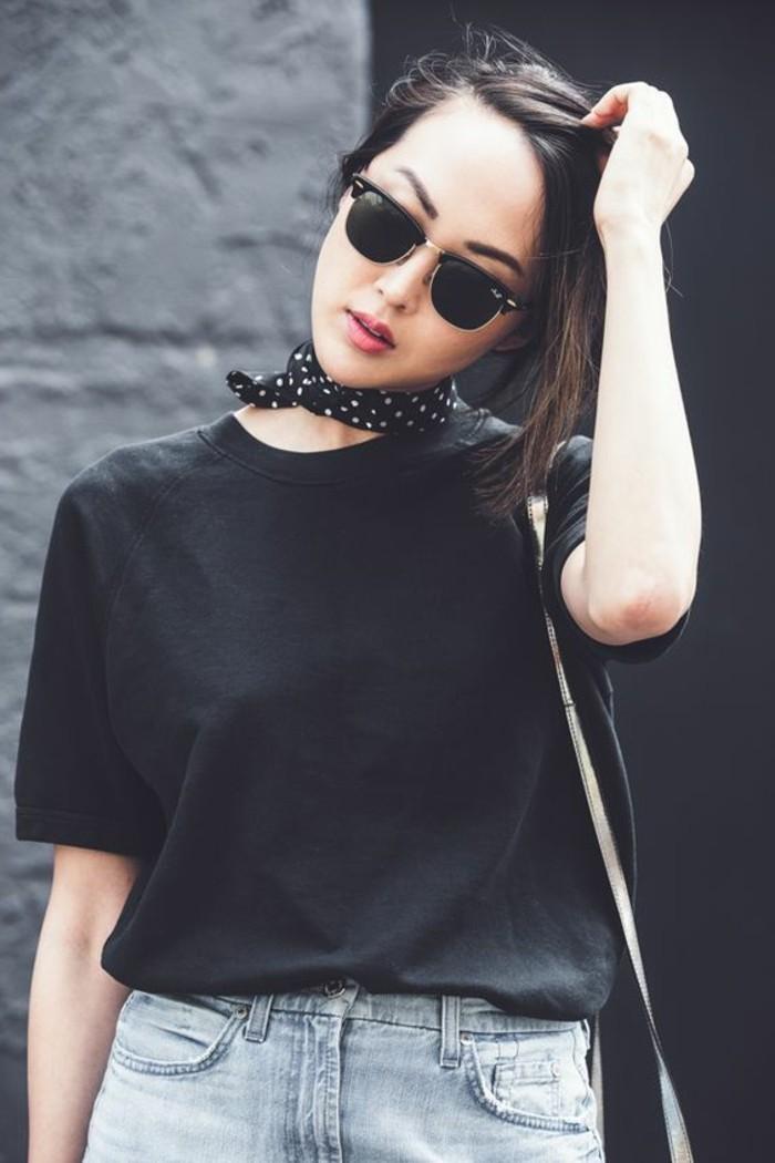 0-blouse-noire-foulard-noir-à-points-blancs-blouse-noire-denim-bleu-clair-lunettes-de-soleil