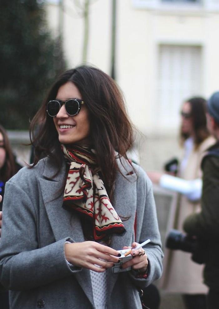 0-comment-nouer-un-echarpe-femme-lunettes-de-soleil-noirs-femme-veste-gris