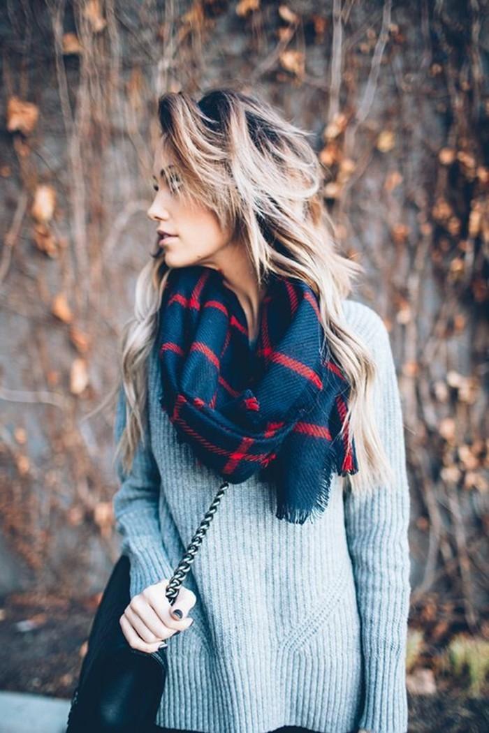 0-comment-porter-avec-style-une-echarpe-femme-blouse-grise-sac-bandoulier-femme