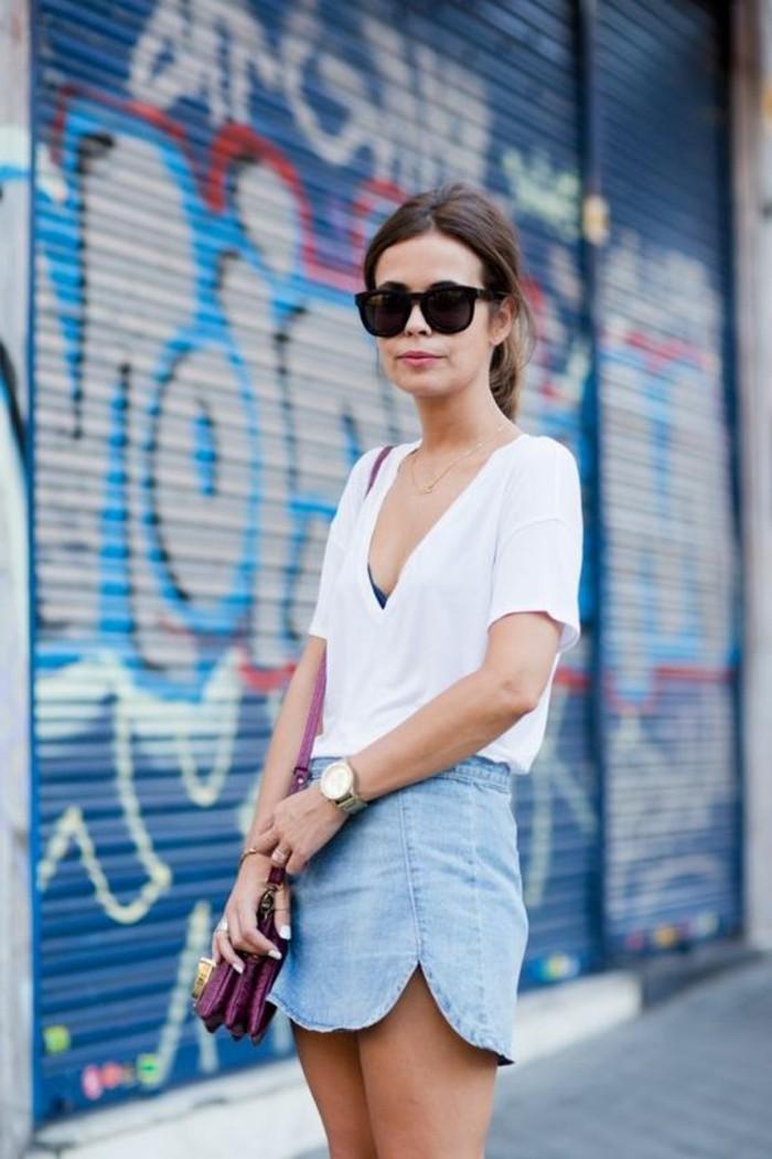0-comment-porter-mini-jupe-jean-t-shirt-blanc-lunettes-de-soleil-noires