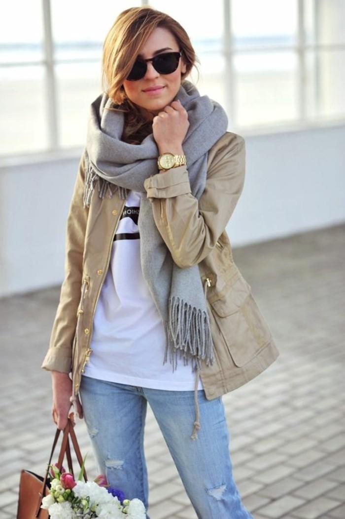 0-comment-porter-une-echarpe-femme-grise-lunettes-de-soleil-noirs-t-shirt-blanc-denim-blau-clair