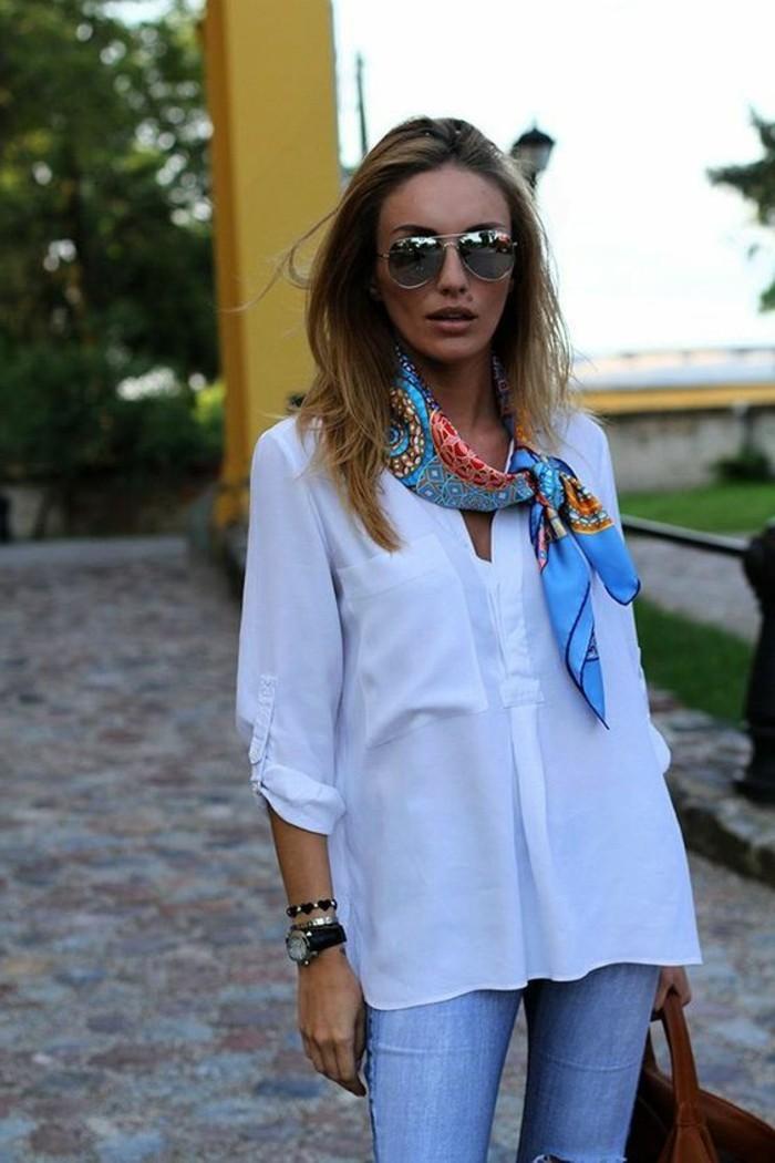 0-denim-slim-bleu-clair-chemise-longue-blanche-foulard-hotesse-de-l-air-coloré