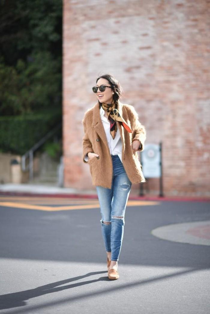 0-echarpe-femme-comment-le-porter-manteau-beige-longue-denim-bleu
