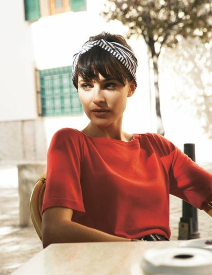 0-foulard-dans-les-cheveux-femme-moderne-blouse-rouge-orange