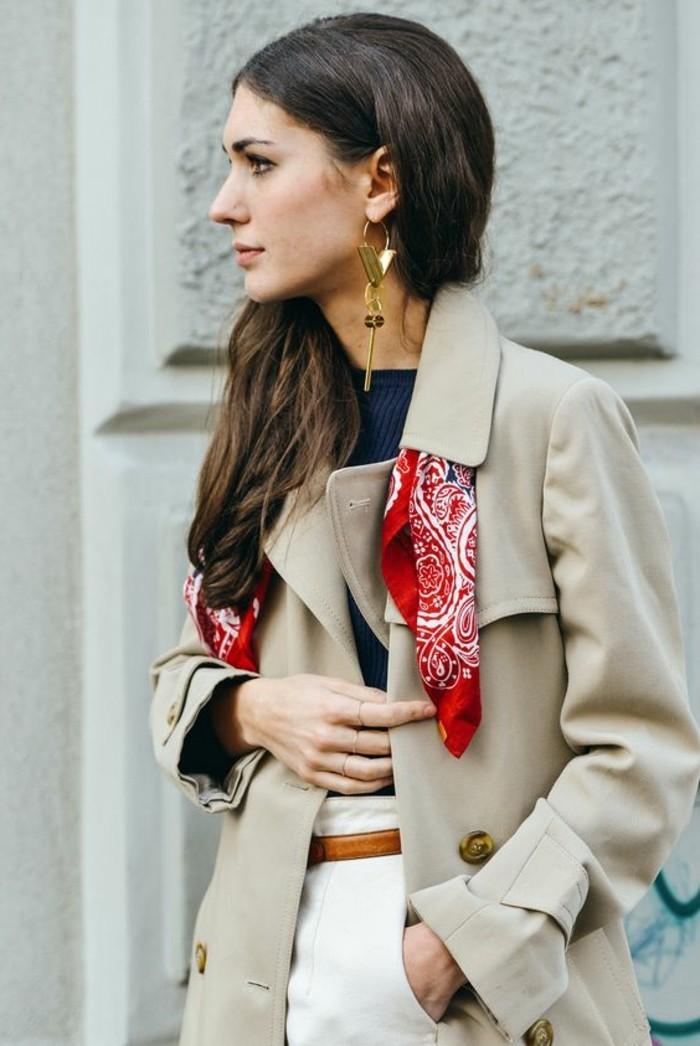 0-foulard-hotesse-de-l-air-manteau-beige-pantalon-beige-top-bleu-foncé-femme-bijoux