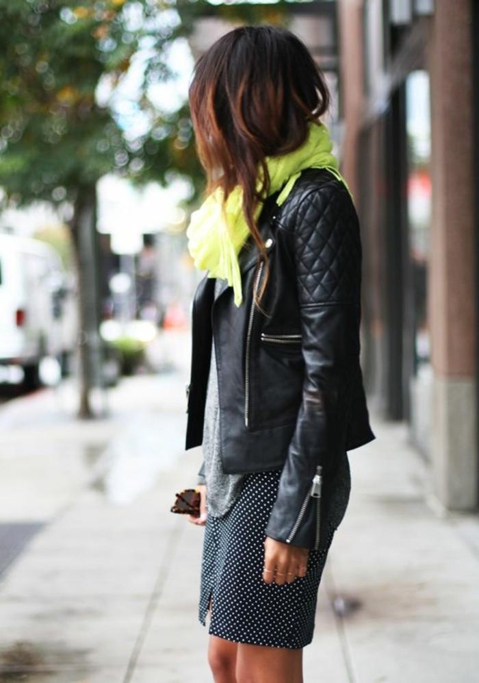 0-jolie-echarpe-femme-colorée-jupe-noire-à-points-blancs-veste-en-cuir-noir-cheveux-marrons
