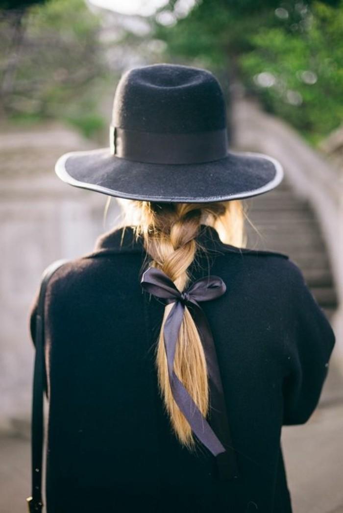0-jolie-tresse-cheveux-blonds-femme-chapeau-gris-femme-coiffure-simple-et-rapide