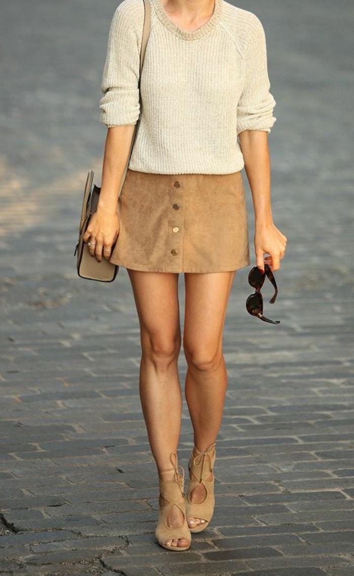 0-jupe-en-dame-couleur-marrons-foncé-chemise-blanche-coiffure-femme-cheveux-blonds-comment-porter-la-mini-jupe