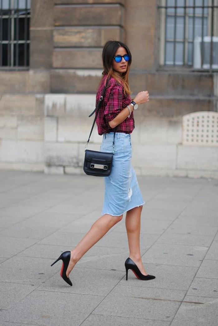 0-mini-jupe-jean-jupe-mi-longue-en-denim-talons-noirs-lunettes-de-soleil-cheveux-balayage