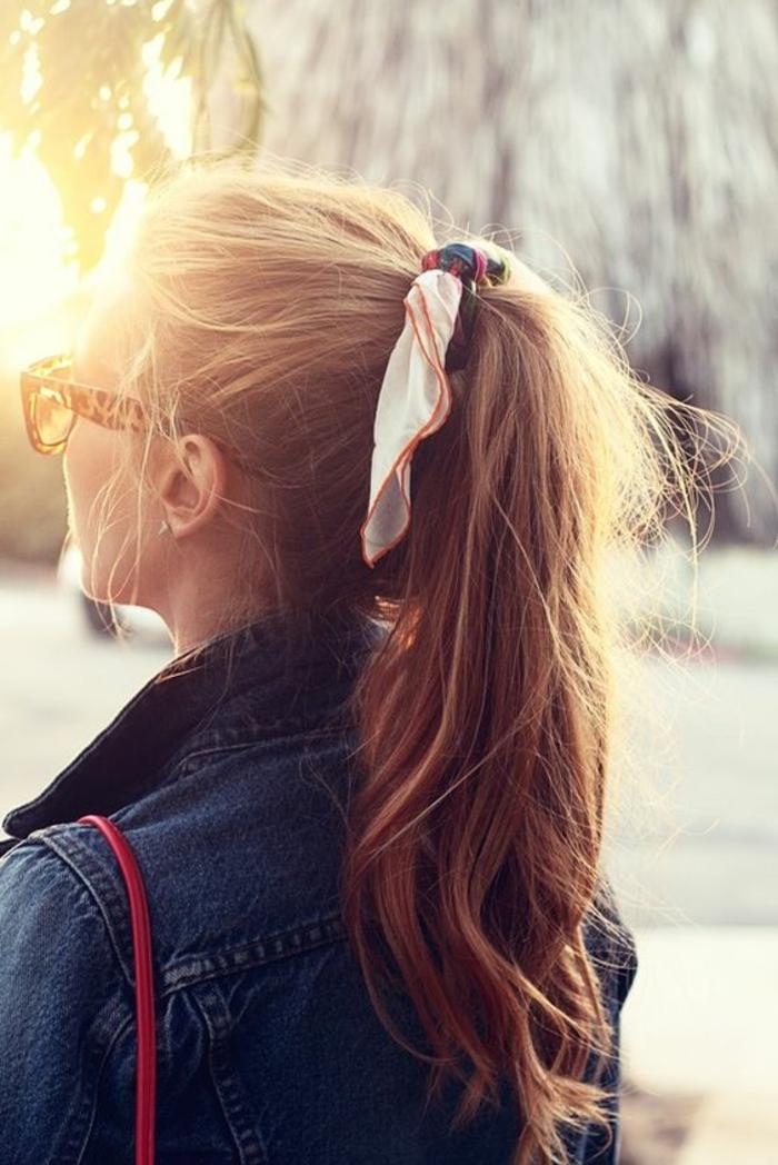 0-queue-de-cheval-ruban-coloré-coiffure-rapide-coiffure-originale-femme-cheveux-marrons