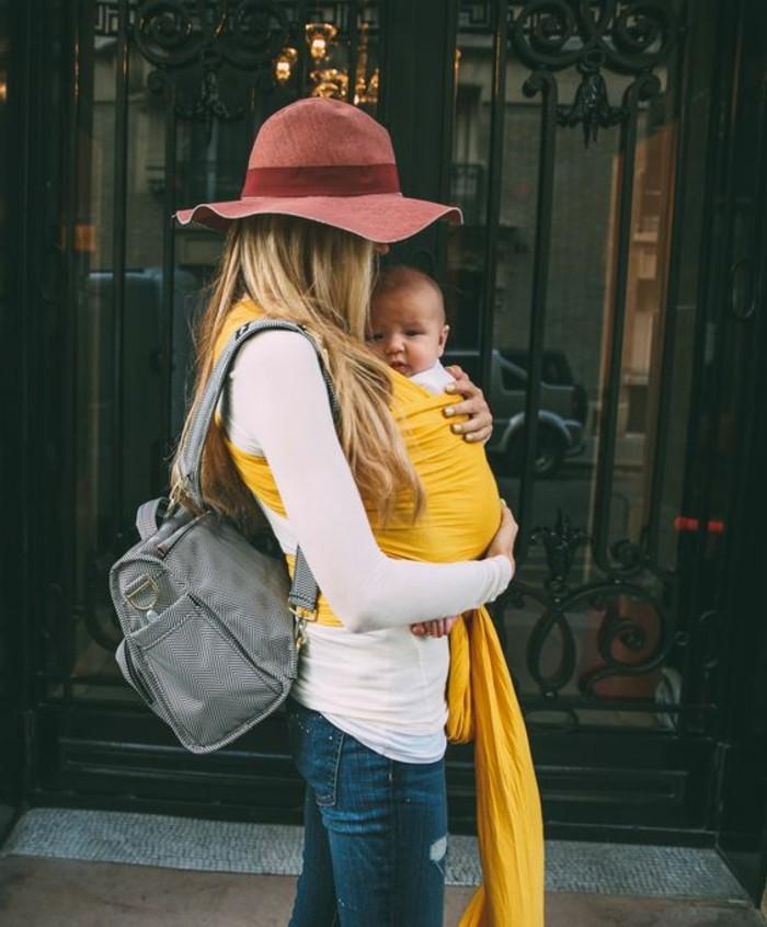 00-écharpe-porte-bébé-comment-etre-un-maman-elegant-echarpe-jaune-porte-bebe