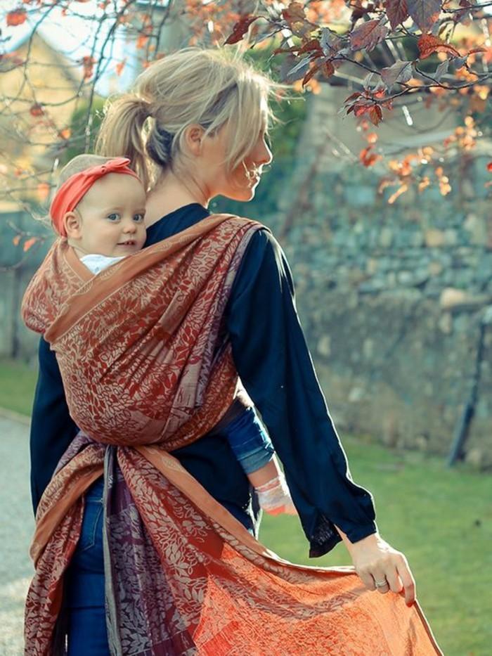 00-écharpe-porte-bébé-joli-echarpe-portage-bebe-comment-porter-son-bebe-avec-un-echarpe