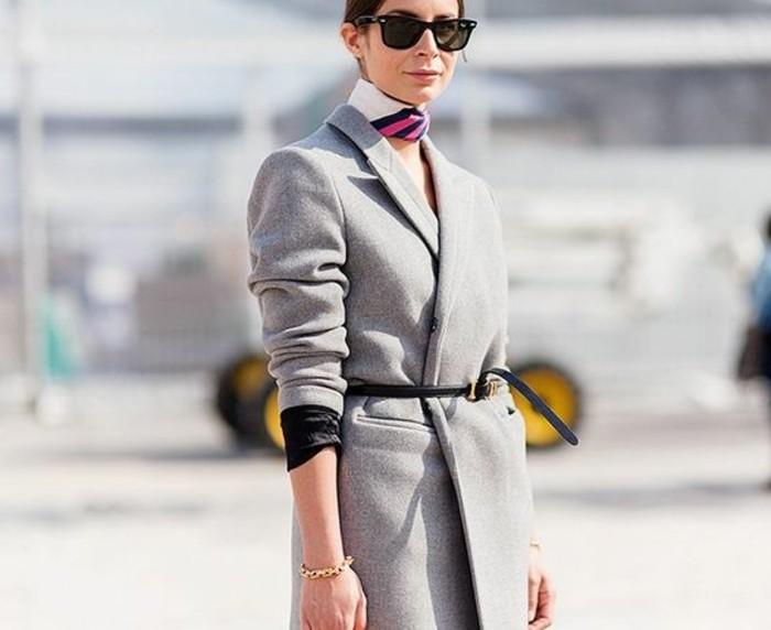 00-comment-porter-un-foulard-hotesse-de-l-air-manteau-gris-long-lunettes-de-soleil