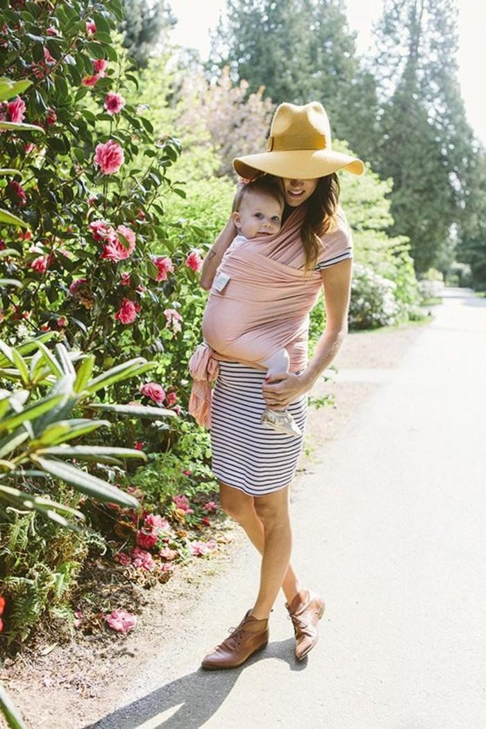 00-magnifique-idee-pour-porter-son-bébé-femme-avec-robe-mi-longue-chaussures-en-cuir