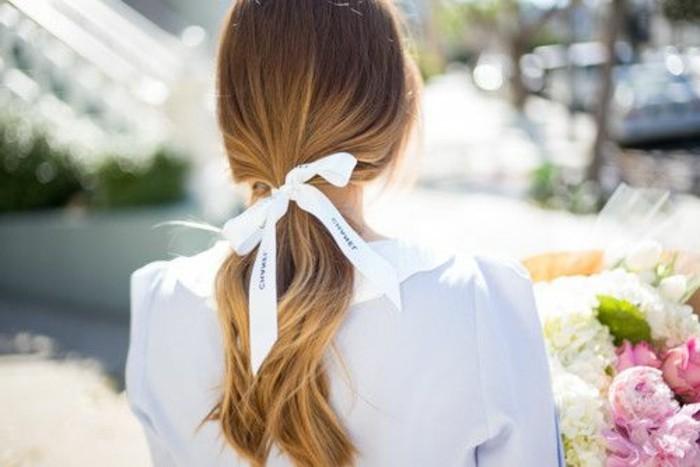 00-queue-de-cheval-ruban-blanc-cheveux-blonds-femme-chemise-blanche-coiffure-rapide-coiffure-originale-femme