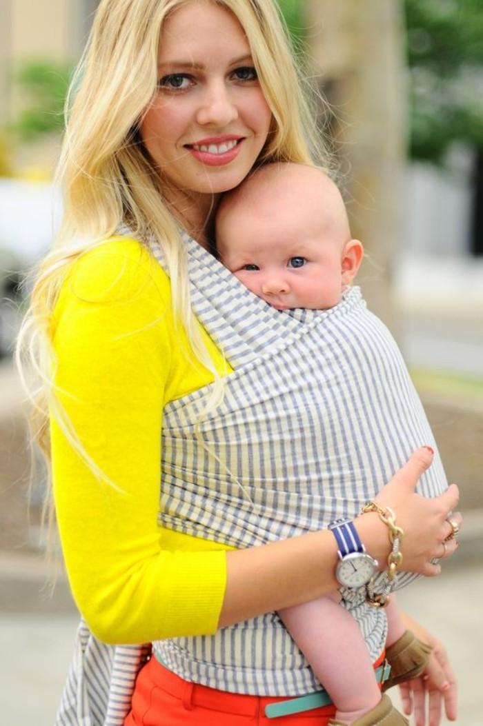 1-écharpe-porte-bébé-à-rayures-comment-porter-son-bébé-en-écharpe-écharpe-porte-bébé
