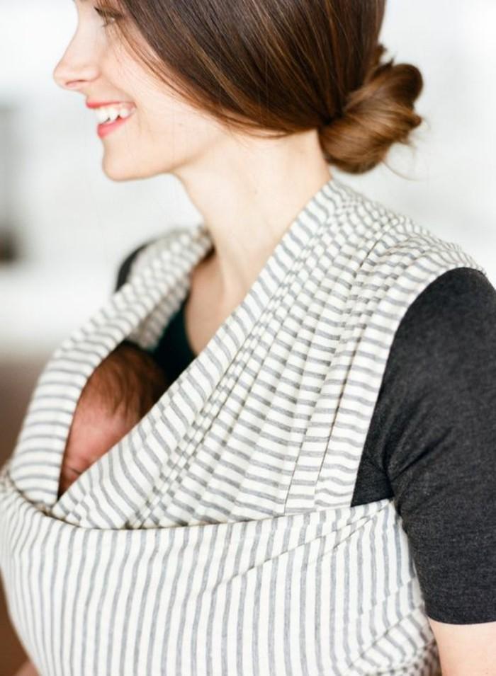 1-écharpe-porte-bébé-comment-porter-le-bébé-echarpe-de-portage-sans-noeud-femme
