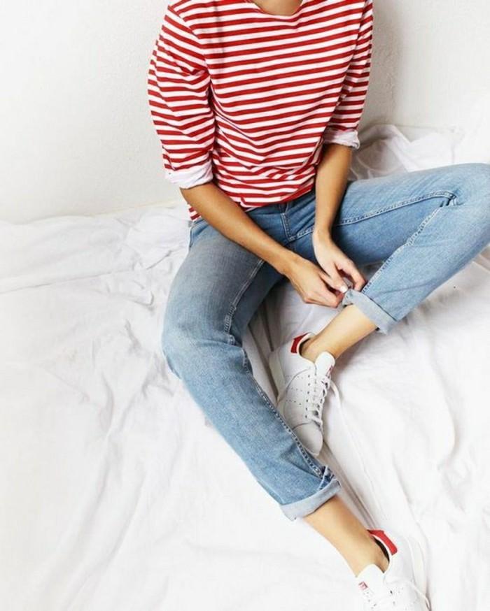 1-basket-blanche-femme-dernieres-tendances-de-la-mode-denim-bleu-clair-blouse-aux-rayures